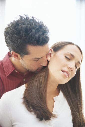Ona daha yakın ol!  Onunla sohbet etmekten mutluluk duyuyorsunuz. Ama vücut dilinizle arada sırada ona yapacağınız ufak tefek sürprizler konuşmaktan daha etkili olabilir.  İşte ona daha yakın olmak için sevimli, göze batmayacak öneriler!